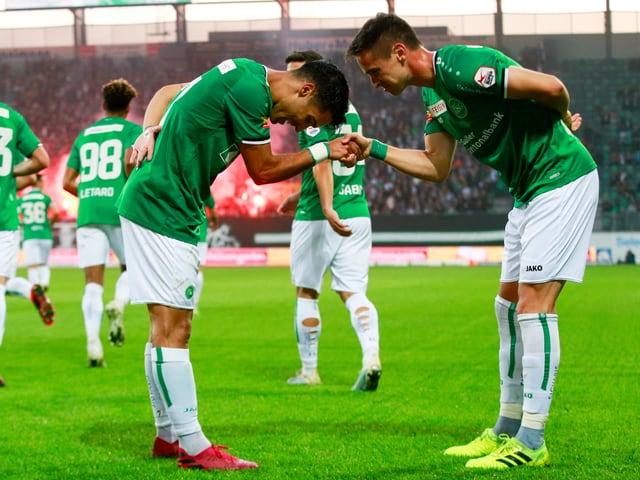 1:0-Torschütze Victor Ruiz (links) und Jordi Quintilla feiern den Führungstreffer.