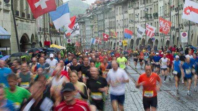 Läuferinnen und Läufer in der Berner Innenstadt.