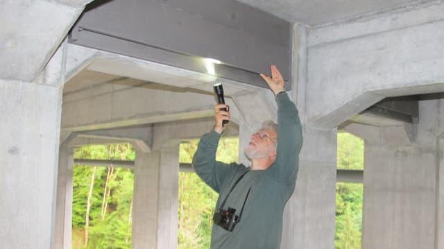 Fledermausspezialist René Güttinger kontrolliert einen Fledermauskasten