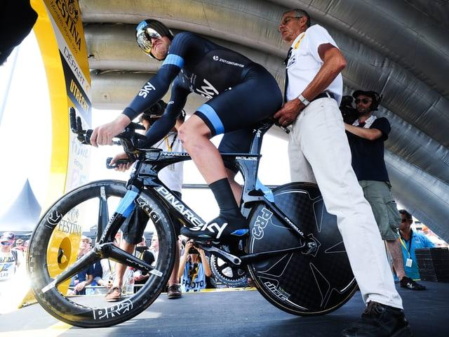 Chris Froome am Start der 1. Etappe in Utrecht. Er riskiert nichts und beleg den 39. Rang.