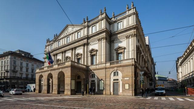 Vista sin il «Teatro alla Scala» a Milaun.