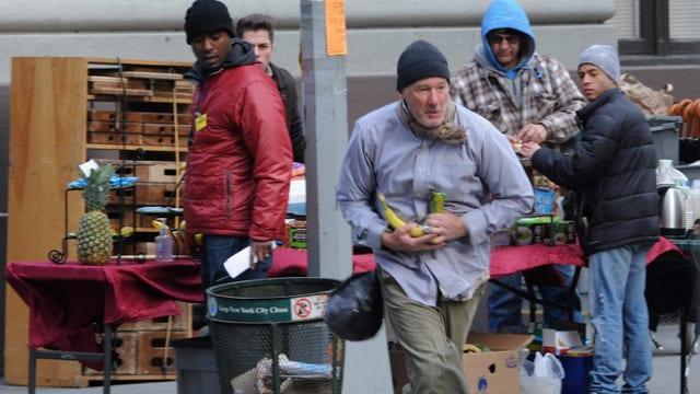 Richard Gere als Obdachloser klaut ein paar Bananen.