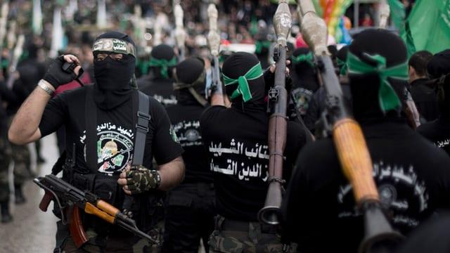 Maskierte und bewaffnete Hamas-Kämpfer