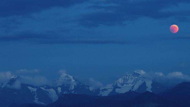 Der Mond über den Berner Alpen.