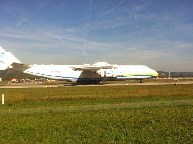 Die Antonov An-225 auf der Landebahn