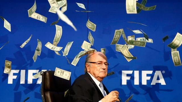 Blatter vor dem Fifa-Schriftzug (weiss auf blauem Grund), es regnet Dollar-Noten.