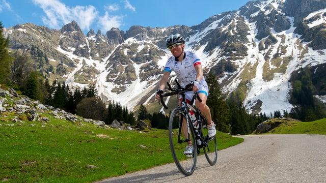 Reto Schoch auf dem Rennvelo, im Hintergrund das Alpsteingebirge