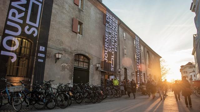 Aussenansicht Kino Solothurner Filmtage mit Bannern