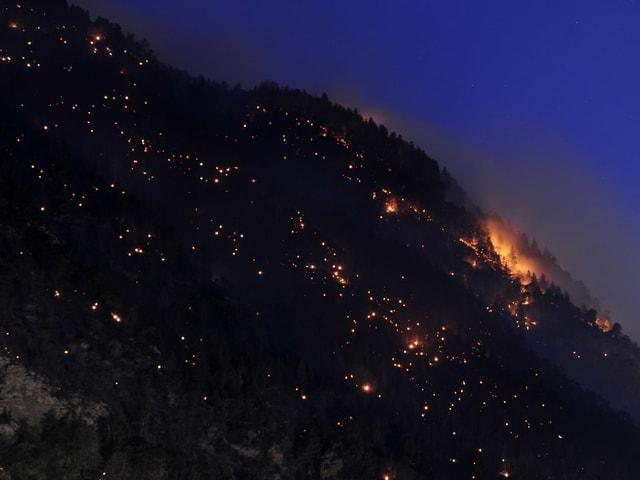 Viele kleine Glutnester beleuchten den Hang oberhalb Visp in der ersten Brandnacht 2011.