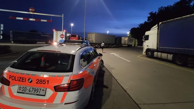 Polizeiauto auf einem Autobahnrastplatz.