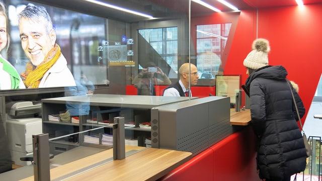 Ein Mitarbeiter der SBB bedient eine Kundin am neuen Infopoint im Bahnhof Luzern.