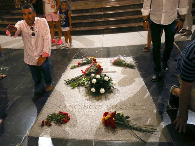 Rechtsextremer neben Grab von Franco.