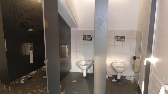 Verwüstete WC-Anlage