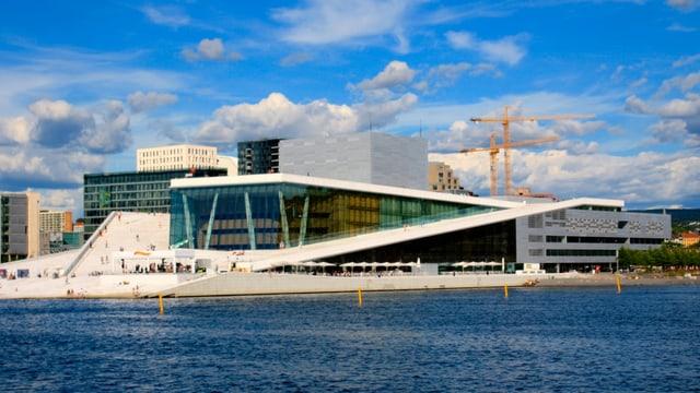 Blick auf das neue Opernhaus in Oslo. Es liegt direkt am Oslofjord.