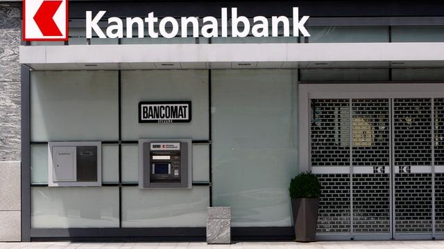 Eingang einer Bank mit Bankomat und vergitterten Türe.