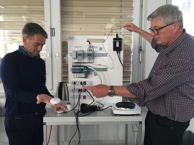 Zwei Männer vor einem Stromkasten