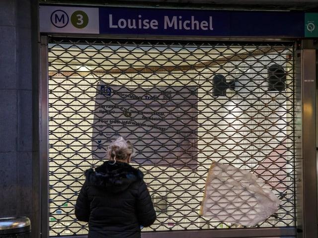 Pendler vor geschlossener Metro-Station