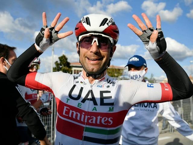Diego Ulissi streckt 8 Finger in die Luft.