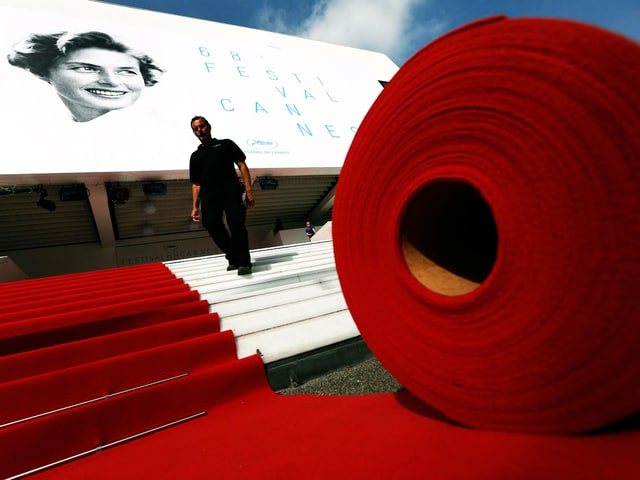 Ein riesige rote Teppichrolle vor dem Eingang des Filmfestivals.