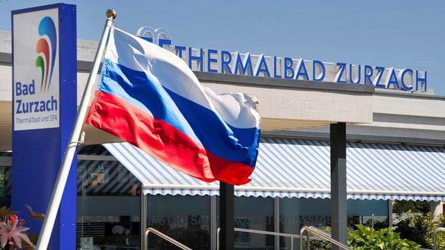 Russische Fahne weht vor Eingang des Thermalbads in Bad Zurzach