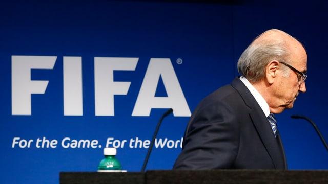da sanester scrit FIFA e dretg il president Sepp Blatter che va davent