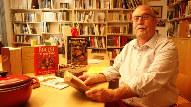 l'archivar Herbert Patt en l'archiv cultural da Cazas a Tartar.