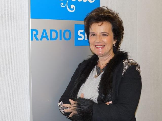 Frau vor Musikwelle Logo.