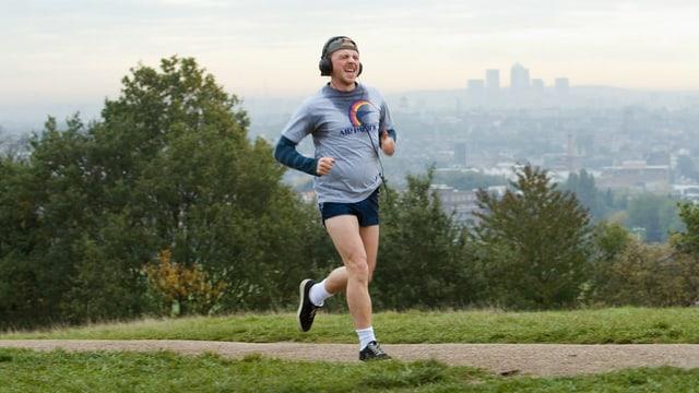 Ein molliger Mann rennt in einem Stadtpark.