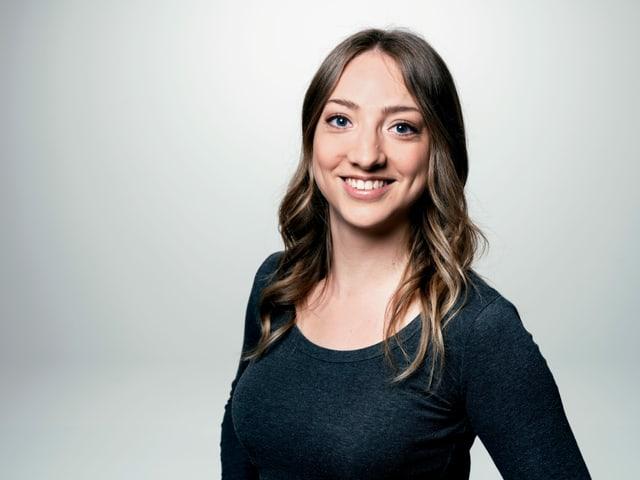 Porträtfoto von Moderatorin Anna Zöllig.