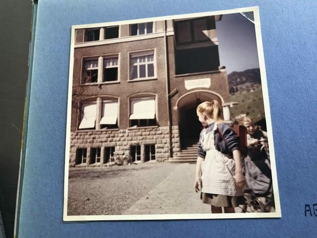Mädchen vor dem Schulhaus.