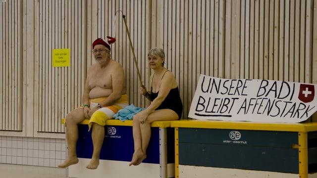 Badegäste in der Badi Rheinau anlässlich einer Demonstration gegen die Schliessung des Bades.