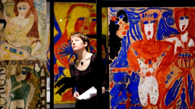 besucherin an einer Art-Brut-Ausstellung in Lausanne.