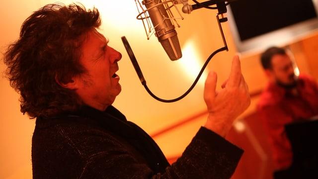 Enrico Morente singend vor dem Mikrofon.