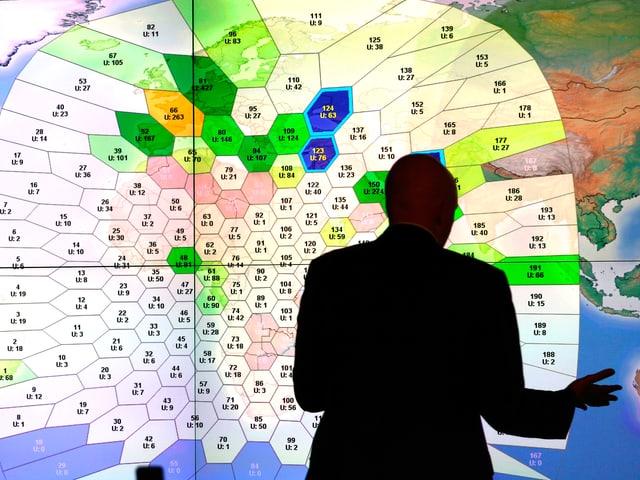 Silhouette eines Suchexperten vor einer Leuchtkarte mit Suchrastern.
