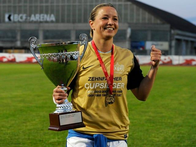 Inka Grings mit dem Cup-Pokal 2013.