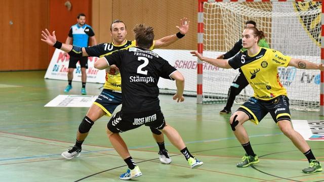 Wüstner verteidigt gegen einen Angriffspieler.