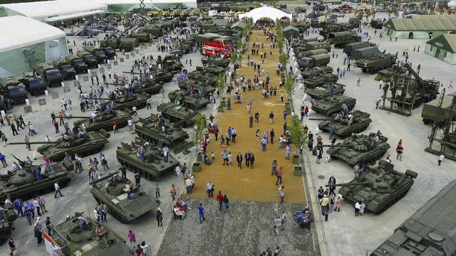 Ina exposiziun da tancs militars.