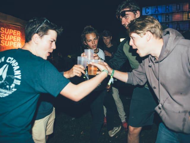 Festivalbesucher, die mit Bier anstossen
