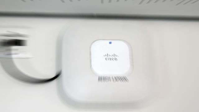 Elektronisches Gerät an eine Wand montiert.