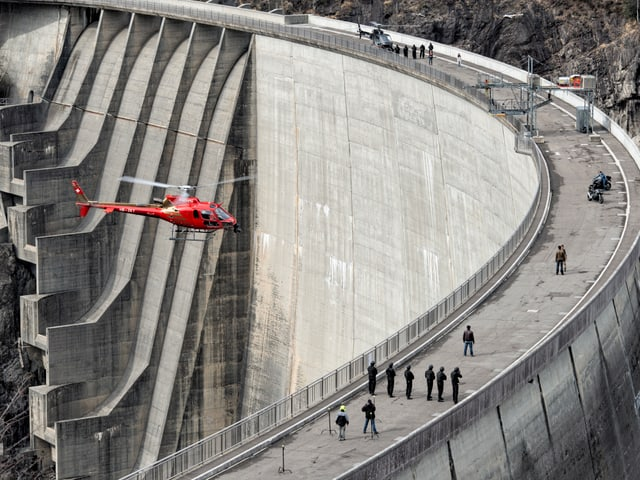 So sahen die Dreharbeiten zum Bollywood-Film aus, bei dem Gyger Luftaufnahmen gemacht hat. Bei einer Staumauer.