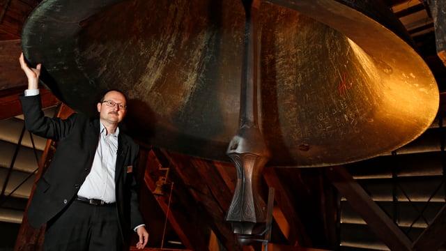 Der Glöcker von Bern steht unter einer riesigen Glocke.