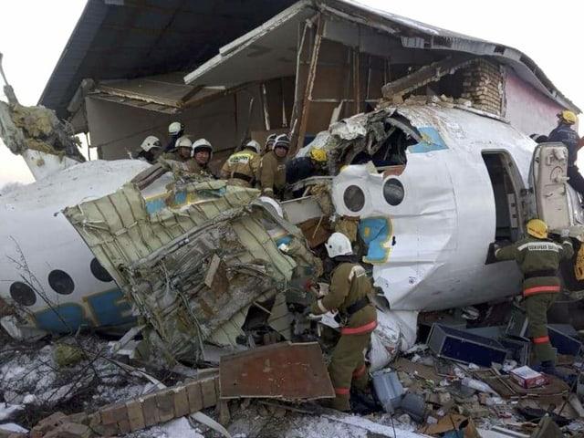 Flugzeug in Kasachstan abgestürzt - Dutzende Überlebende