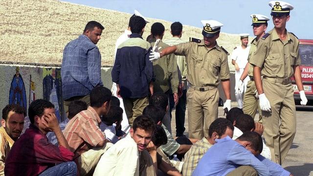Flüchtlinge werden von der italienischen Küstenwache gezählt