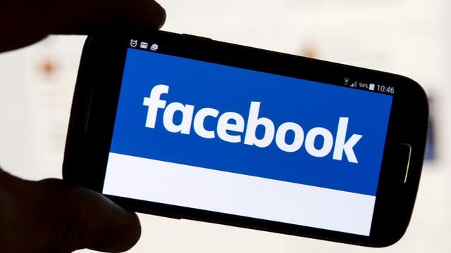 Handy mit Facebook-Schriftzug
