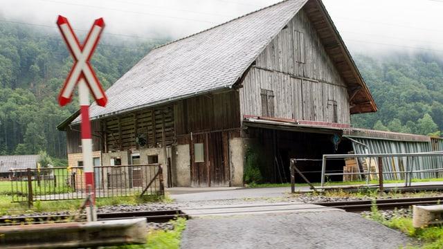Ein Bahnübergang, der nur mit einem Andreas-Kreuz signalisiert ist.