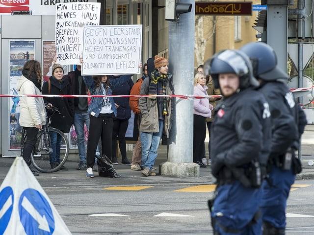 Mehrere Menschen demonstrieren vor dem besetzten Haus.