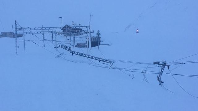Ina gronda lavina ha donnegià l'infrastructura da la viafier Matterhorn Gottard sin il pass da l'Alpsu.