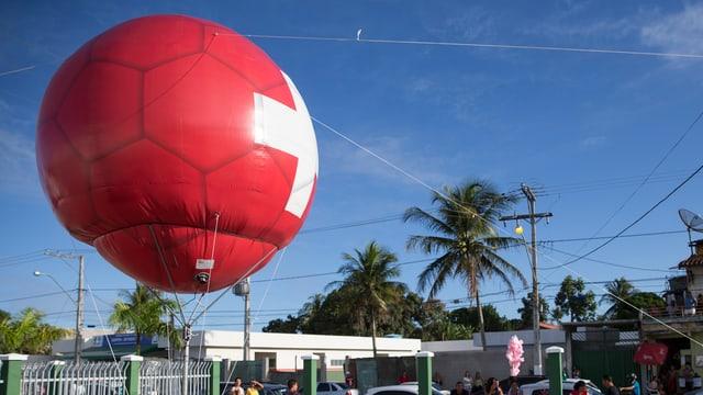 Grossel Ballon in Fussballform mit Schweizer Kreuz