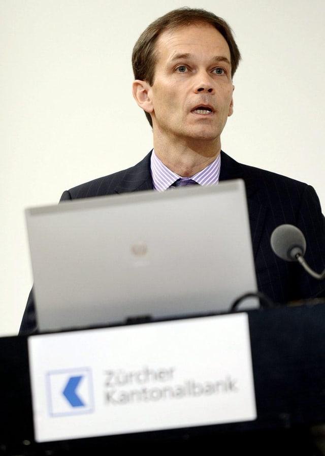 CEO der Zürcher Kantonalbank Martin Scholl am Rednerpult.
