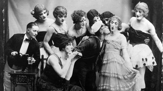 Cagney mit einer Gruppe von Männern, die als Frauen verkleidet sind.
